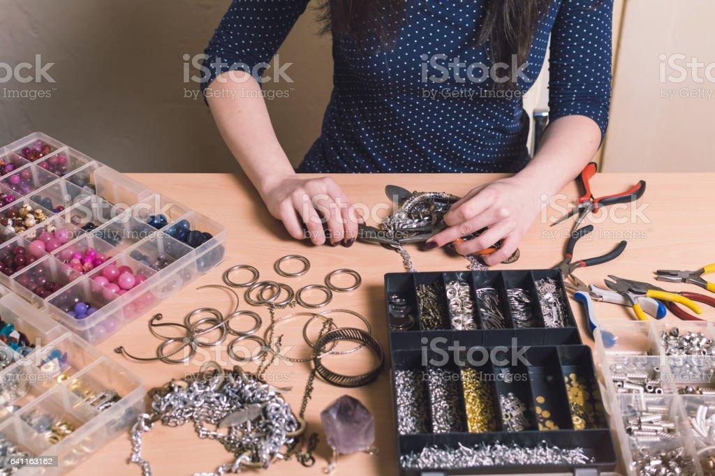 Femenino diseño fabricación de joyas - foto de stock