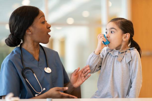 kvinnlig läkare bistår unga astmatiska patienten - andningssystem bildbanksfoton och bilder