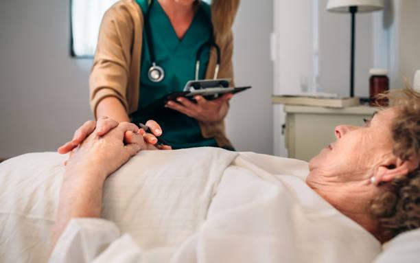 Ärztin tröstet ältere Patientin – Foto