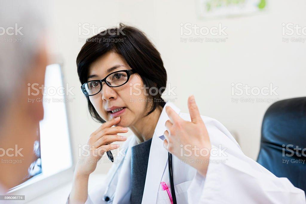 Weiblich Arzt diskutieren mit einem Patienten im Krankenhaus  Lizenzfreies stock-foto
