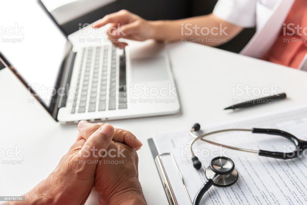 Weiblich-Arzt mit senior woman Patienten zu diskutieren. - Lizenzfrei Alt Stock-Foto
