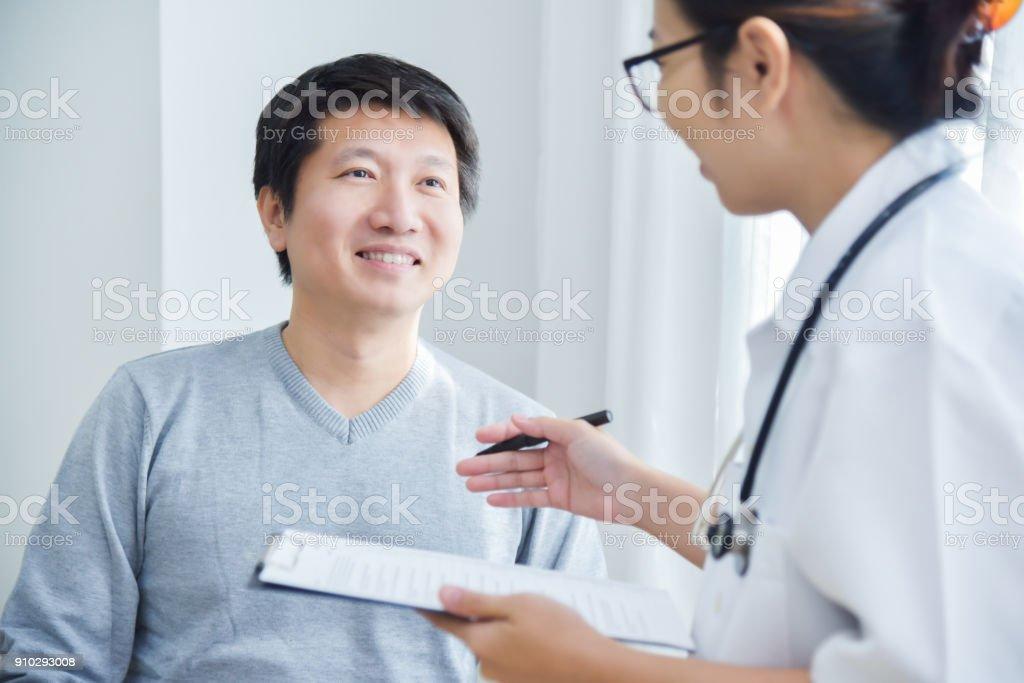 女性醫生檢查男性病人。圖像檔