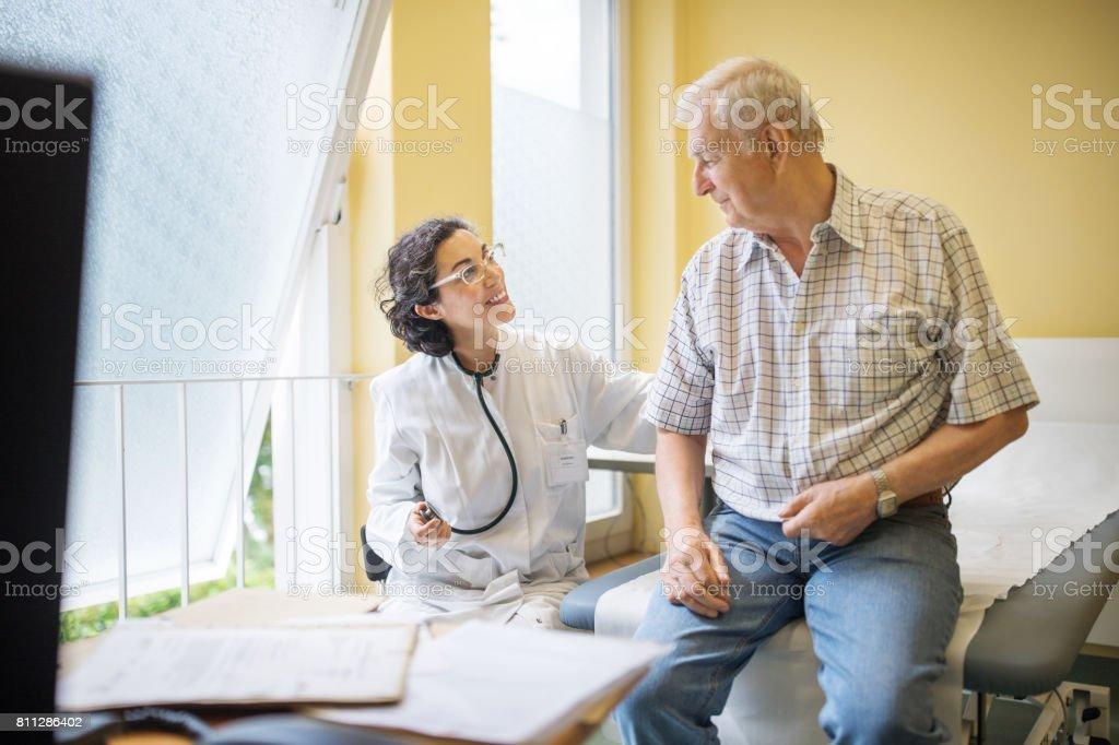 Ärztin untersuchen senior männlichen Patienten in ihrer Klinik – Foto