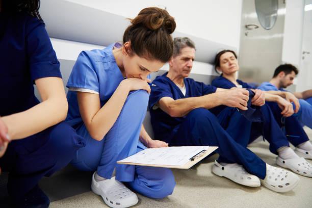 doutor fêmea que examina o registro médico - profissional da área médica - fotografias e filmes do acervo