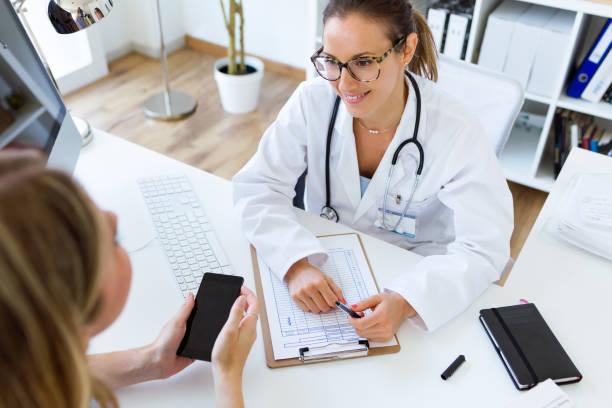 ärztin, diagnose, ihren patienten zu erklären. - spanische rezepte stock-fotos und bilder