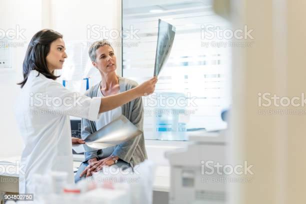 Ärztin Die Erklären Röntgenstrahlen Mündige Patient Stockfoto und mehr Bilder von 25-29 Jahre