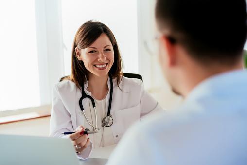 Kvinnliga Läkare Ger Ett Samråd Till En Patient Och Förklara Medicinsk Informationer Och Diagnos-foton och fler bilder på Akademikeryrke