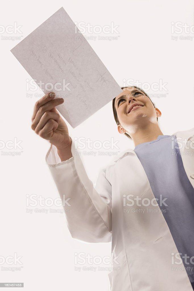 Mujer del médico dando receta foto de stock libre de derechos