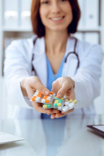 Weibliche Arzt Handhaltepackung von verschiedenen Tablettenblasen Nahaufnahme. Lebensrettung Service, legale Drogerie, verschreiben Medikamente, Blutdruck, Krankheitheilungskonzept – Foto