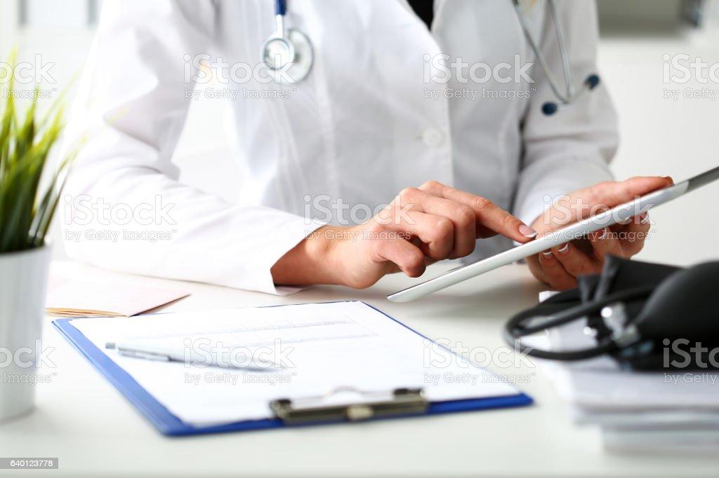 Female doctor hold digital tablet pc Lizenzfreies stock-foto