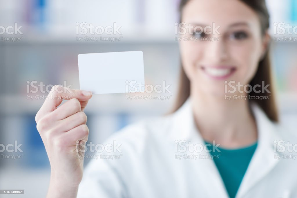 Médico feminino segurando um cartão de visita - foto de acervo