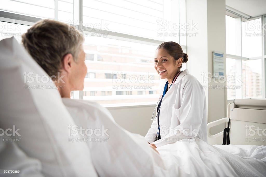 d1fc0ddbd5019 Photo libre de droit de Femme Médecin À Lhôpital Consultation Avec ...