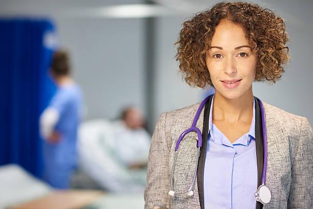 ärztin im krankenhaus - legere arbeitskleidung stock-fotos und bilder