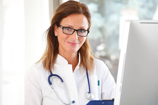 Ärztin im Büro – Foto