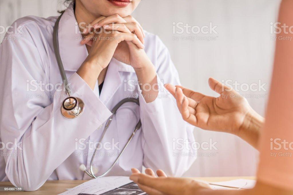 Ärztin anhören von depressiven Patienten sprechen im Krankenhaus – Foto