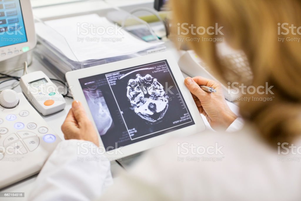 Ärztin, Röntgen-Bericht im Krankenhaus – Foto