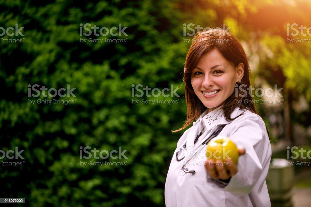 Ärztin mit Apfel – Foto