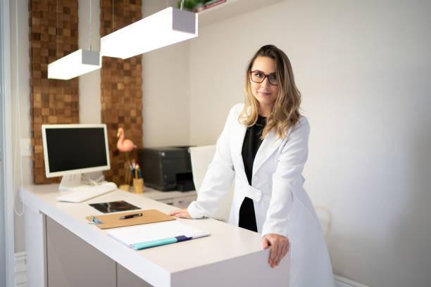 retrato médico femenino en la clínica - dermatología fotografías e imágenes de stock