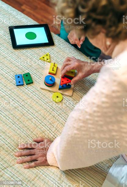Female doctor showing geometric shapes to elderly patient picture id1070981186?b=1&k=6&m=1070981186&s=612x612&h= yaksoly6wqn9ddomdivrnqqnaorkom4fiu1gb3o9b0=