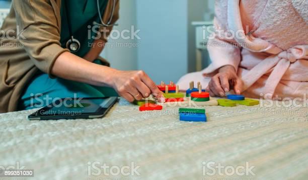 Female doctor showing geometric shapes to elderly patient picture id899351030?b=1&k=6&m=899351030&s=612x612&h=ndul9wqrqrj shqc jyxxrrhckwlcdccga39hot7gp8=
