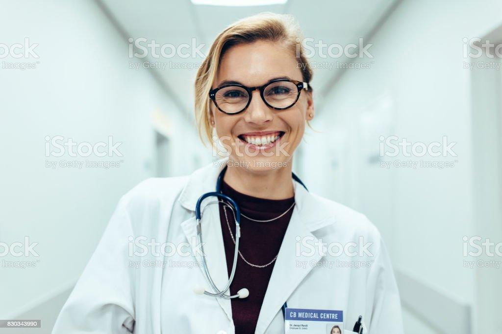 Ärztin steht im Krankenhaus-Korridor – Foto