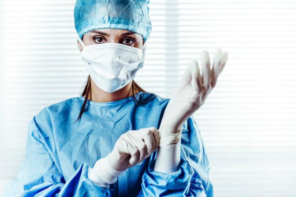 Frau Doktor Chirurg OP-Handschuhe anziehen – Foto