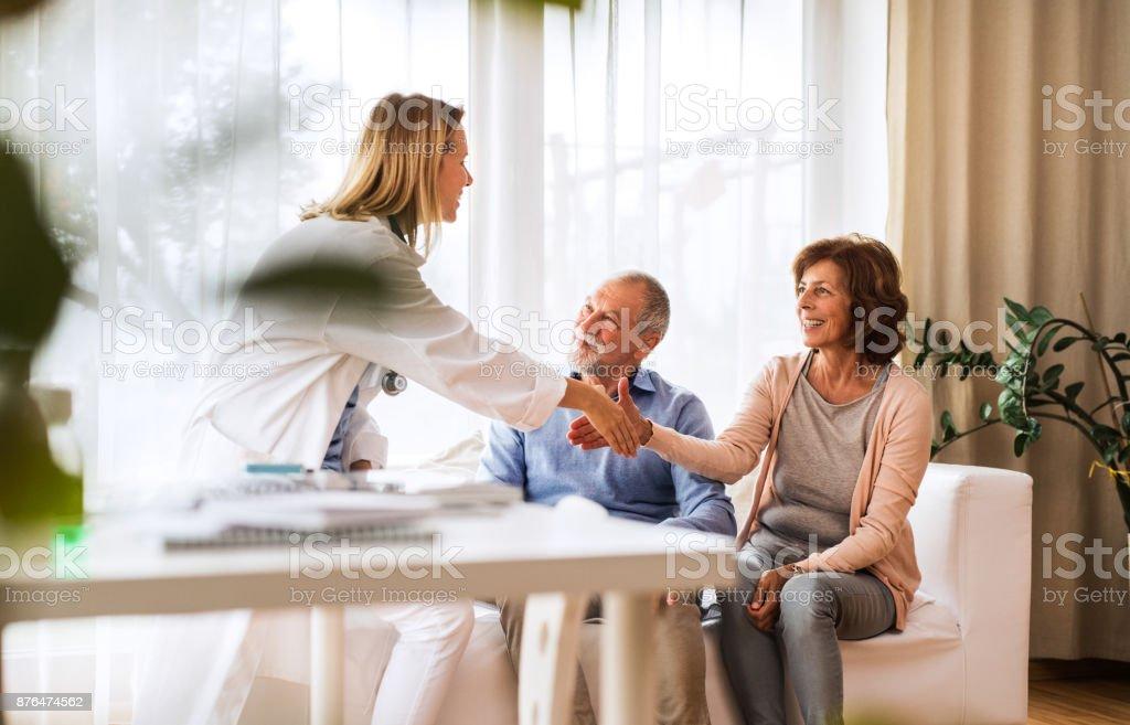 Ärztin im Gespräch mit einem älteren Paar. - Lizenzfrei Akte Stock-Foto