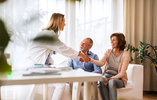 Ärztin Im Gespräch Mit Einem Älteren Paar Stockfoto und mehr Bilder von Akte