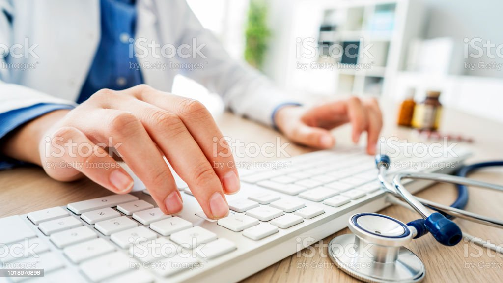 Ärztin, die Eingabe auf computer – Foto