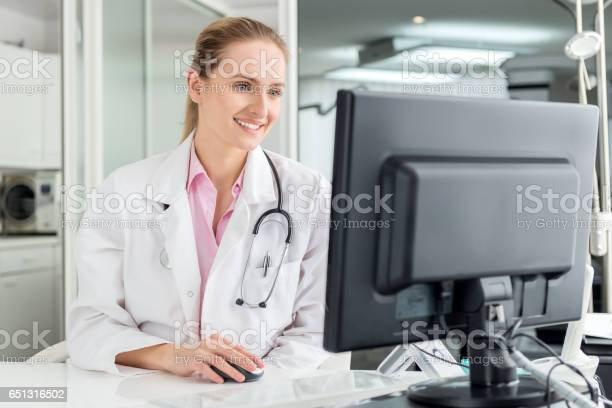 Female doctor using desktop pc picture id651316502?b=1&k=6&m=651316502&s=612x612&h=y ijaz536uyls6lujcyricawzt6icu1uzmqsbqiuvog=