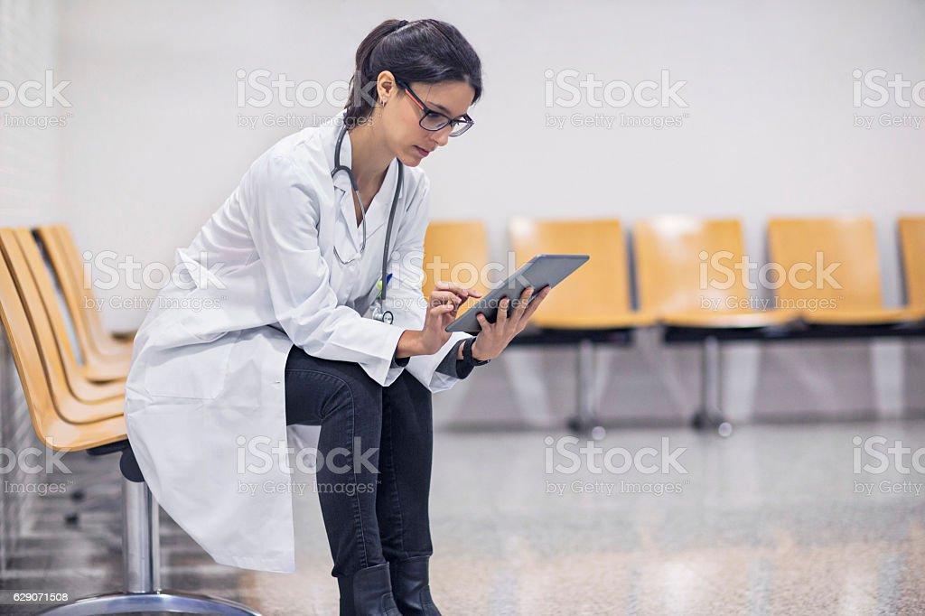 Female doctor using digital tablet in waiting room – Foto