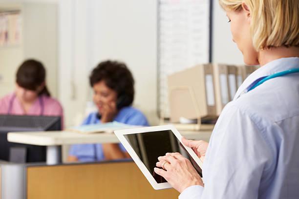 kobieta lekarz za pomocą cyfrowego tabletu - pięciolinia zdjęcia i obrazy z banku zdjęć