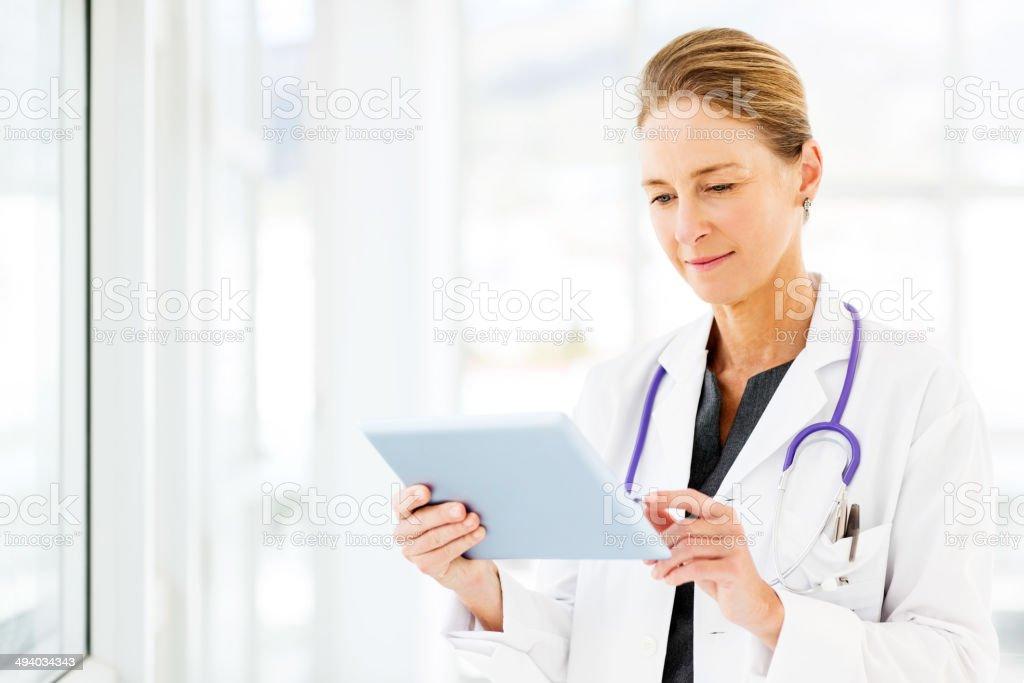 Weiblich Arzt verwenden digitale Tablet – Foto