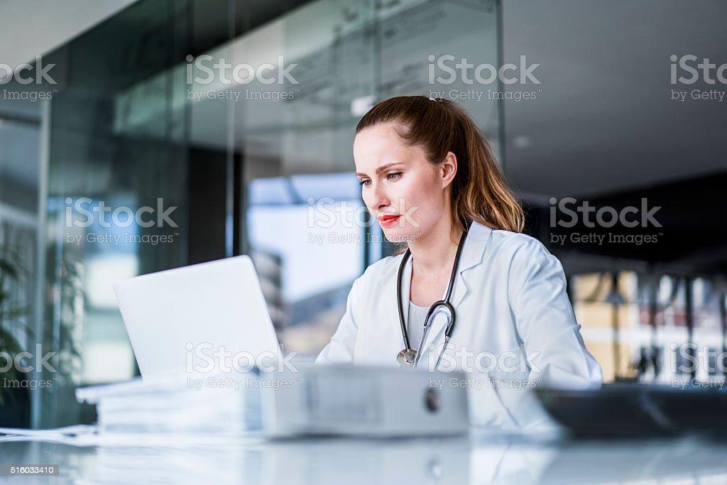 Ärztin mit Laptop in Krankenhaus – Foto