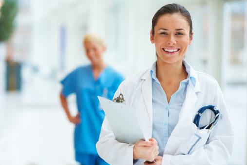 Weiblich Arzt Mit Kollegen Im Hintergrund Stockfoto und mehr Bilder von Arzt