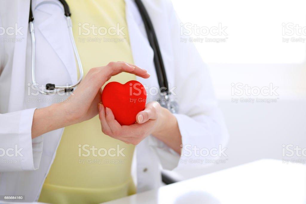 女醫生用聽診器捧心。 免版稅 stock photo