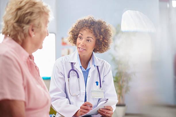 여성 의사 처방전 작성 - 처방전 문서 뉴스 사진 이미지