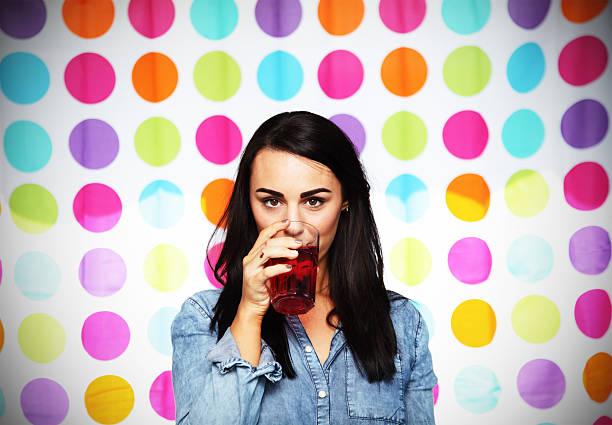 frauen trinken saft funky hintergrund mit johannisbeeren - lange duschvorhänge stock-fotos und bilder