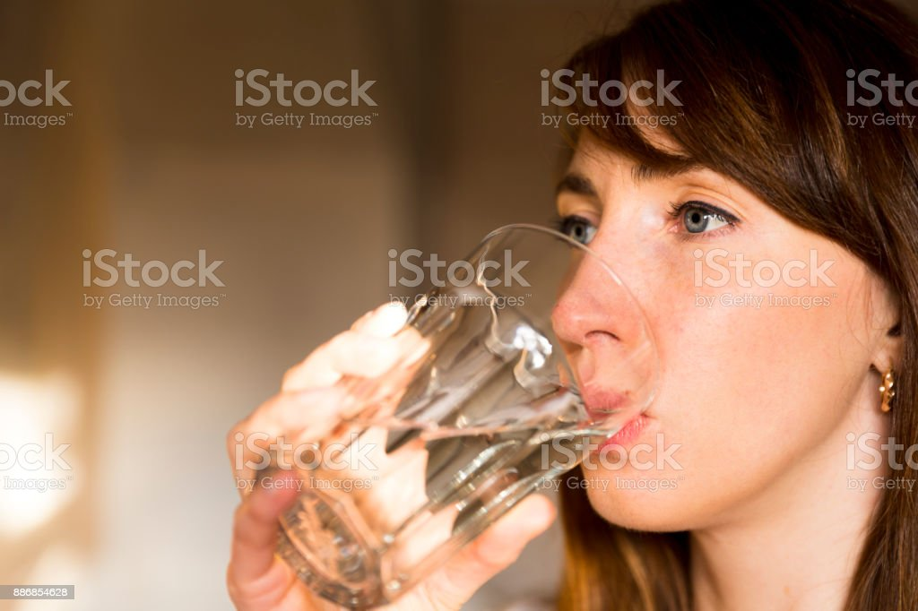 Vrouwelijke drinken van een glas water. Health care concept foto, lifestyle, close-up foto