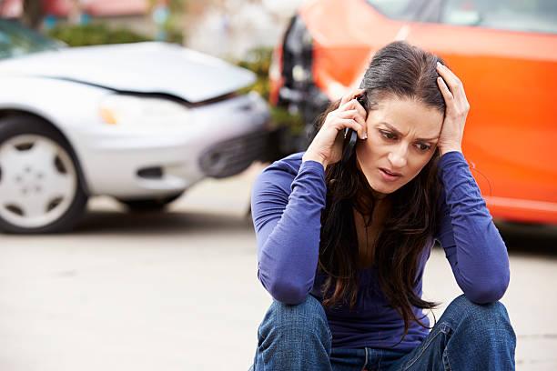 Weibliche Fahrer, Anruf nach der Unfall – Foto