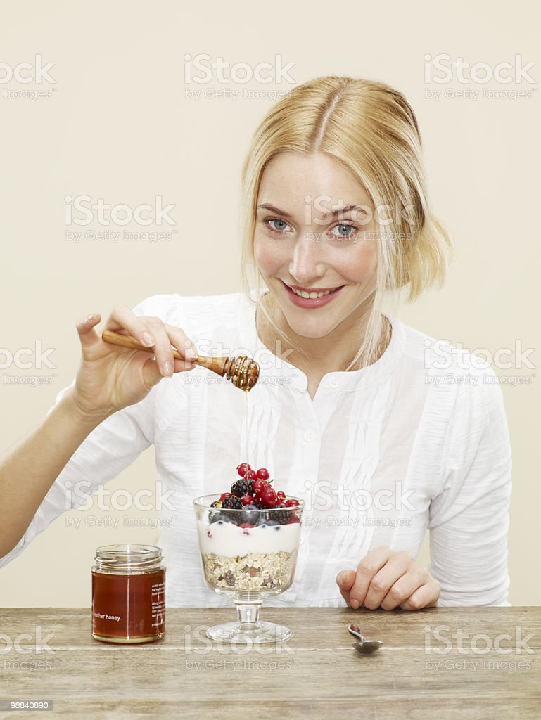 female drizzling honey over healthy breakfast foto de stock royalty-free