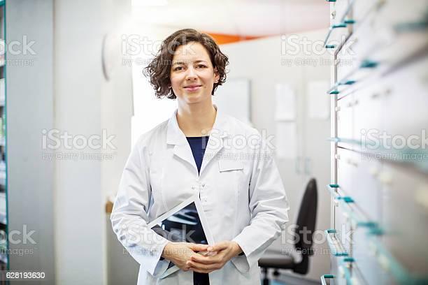 Female druggist standing with a digital tablet picture id628193630?b=1&k=6&m=628193630&s=612x612&h=5wm  vkiv 5jnnuyqmso64bel obbuj5qqhacix3llo=