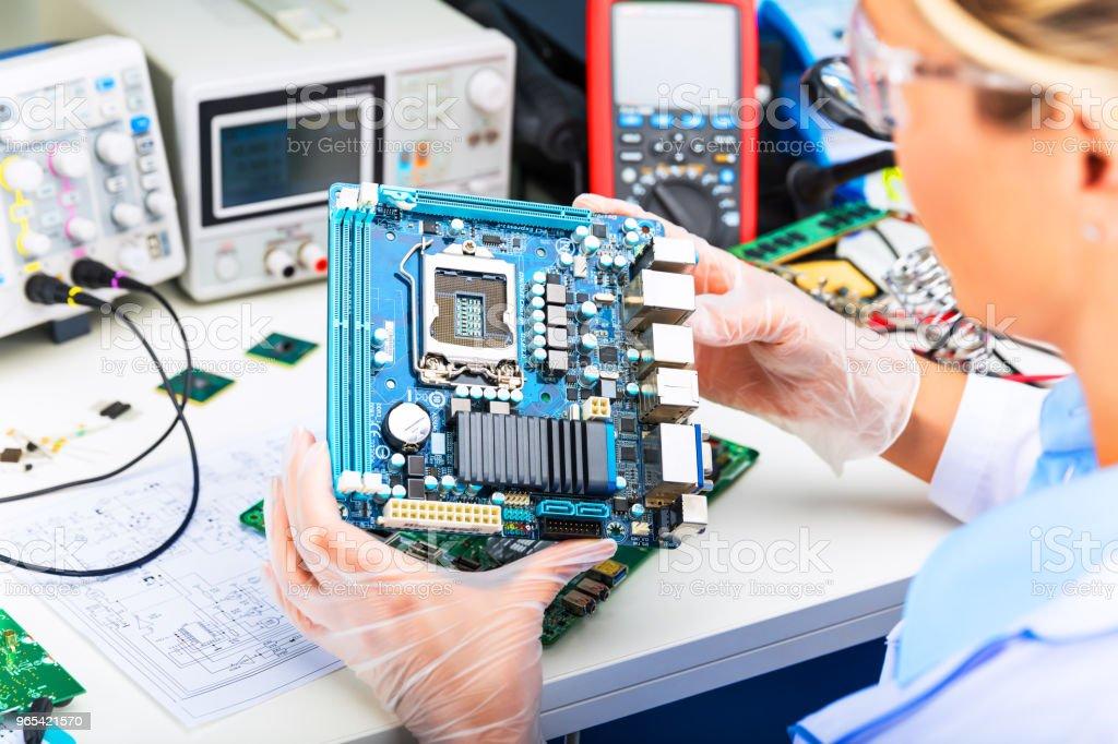 여성 전자 엔지니어 컴퓨터 마더보드 실험실에서 검사 - 로열티 프리 CPU 스톡 사진