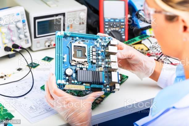 Foto de Engenheiro Eletrônico Feminino Motherboard Do Computador No Laboratório De Análise e mais fotos de stock de Adulto