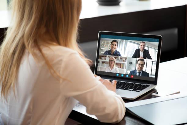 Weibliche Mitarbeiter haben Team-Webkonferenz auf Laptop – Foto