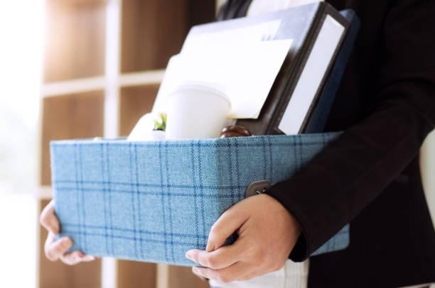 vrouwelijke werknemer verpakking box voor baan een - beëindigen stockfoto's en -beelden