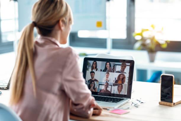 女員工在家用筆記型電腦與不同同事在線交談視頻。 - 虛擬辦公室 個照片及圖片檔