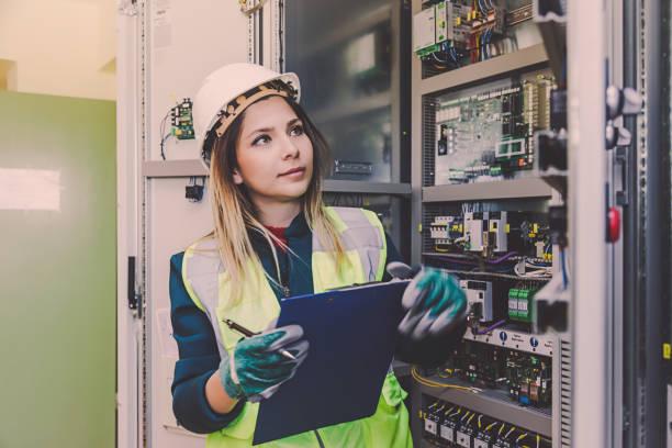 energía femenina estación electricista ingeniero trabajando en sala de control de energía - electricista fotografías e imágenes de stock