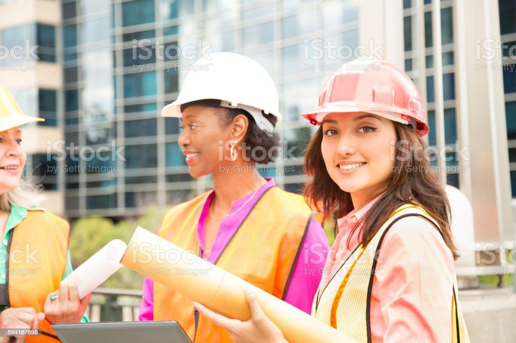 La tige femelle équipe d'ingénieur ou un architecte travaille sur un projet de construction dans la ville. photo libre de droits