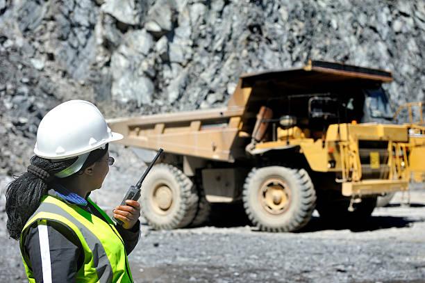 Weibliche engineer bewertet offenen Feuerstelle Bergbau – Foto
